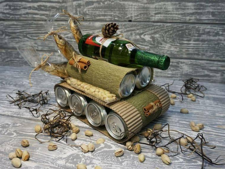 Идеи подарка для мужчины на 23 февраля: танк, торт и даже букет из рыбы и пива, выполненные своими руками станут отличным сюрпризом